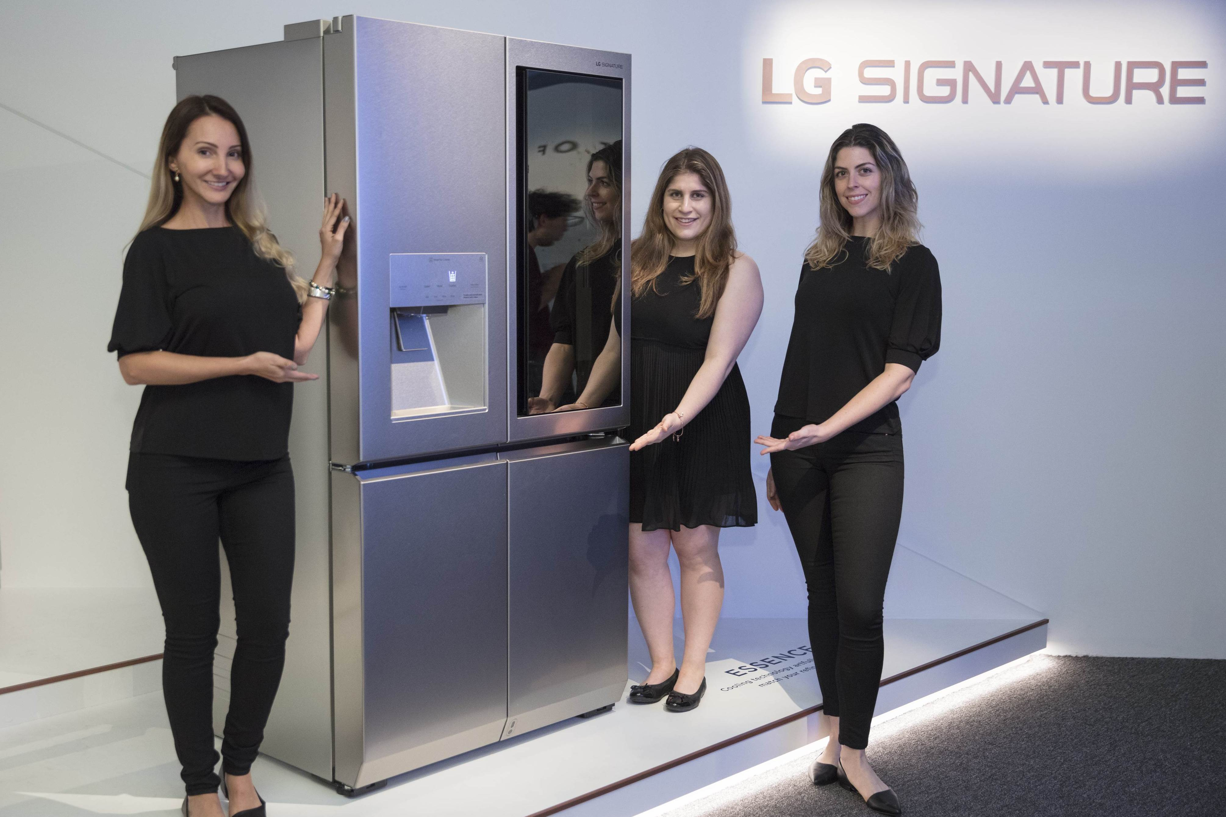 LG전자가 현지시간 6일부터 9일까지 미국 플로리다주 마이애미비치에서 미국 최대 미술전시회 '아트바젤 마이애미비치(Art Basel Miami Beach)가 열리는 가운데, LG 시그니처 팝업 전시관인 LG 시그니처 하우스를 열었다. LG전자 모델들이 LG 시그니처 하우스에 전시된 LG 시그니처 냉장고를 소개하고 있다.