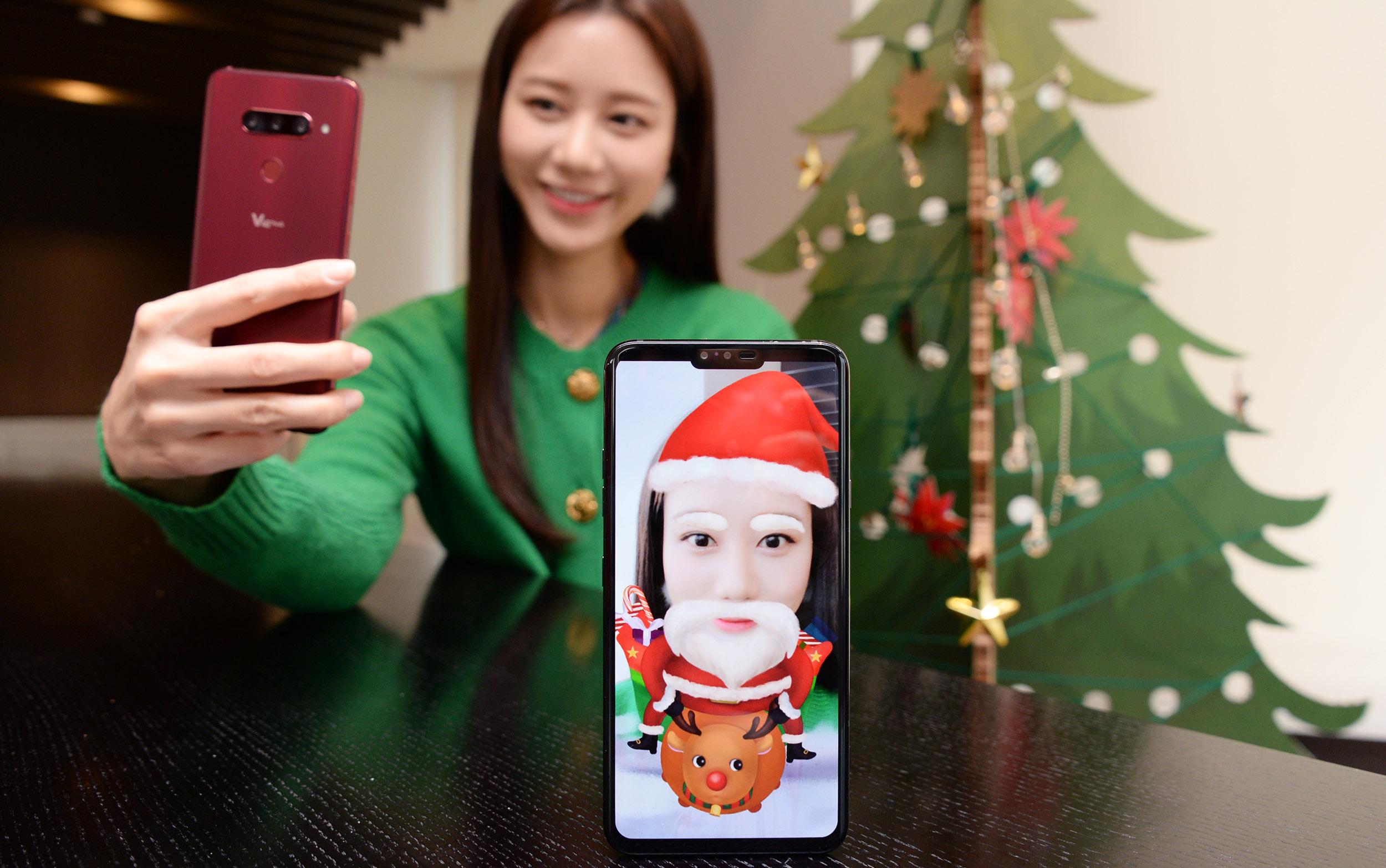 LG전자가 11일 LG V40 ThinQ 전용『크리스마스 AR 스티커팩』을 공개했다. LG전자 모델이 AR스티커팩을 소개하고 있다.