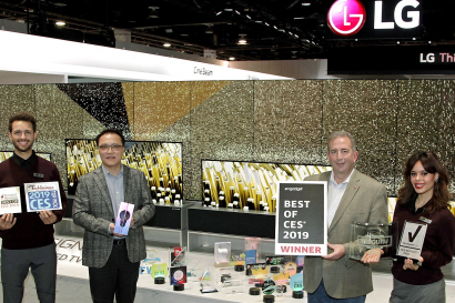LG전자 HE연구소장 남호준 전무(왼쪽에서 두번째), 팀 알레시 LG전자 미국법인 HE제품마케팅담당(왼쪽에서 세번째)이 세계 최초 롤러블 올레드 TV 'LG 시그니처 올레드 TV R'로 수상한 주요 CES 어워드 상패를 들고 기뻐하고 있다.