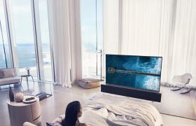 고객들이 화면을 말거나 펼 수 있는 세계 최초 롤러블 올레드 TV 'LG 시그니처 올레드 TV R'를 사용하고 있는 모습. 이 제품은 벽면 앞에 설치하던 기존 TV와 달리 대형 유리창 앞, 서재 책장 앞 등 고객이 원하는 장소 어디에나 두고 활용할 수 있다.