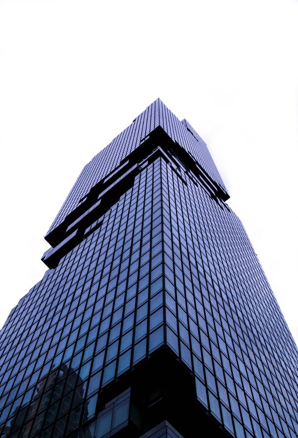 태국 최고층 빌딩의 전망대 엘리베이터를 밝혀주는 올레드 사이니지
