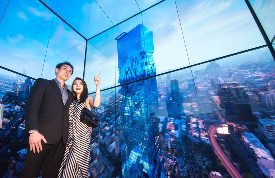 태국마하나콘 타워전망대 전용 엘리베이터에 설치된 LG 올레드 사이니지