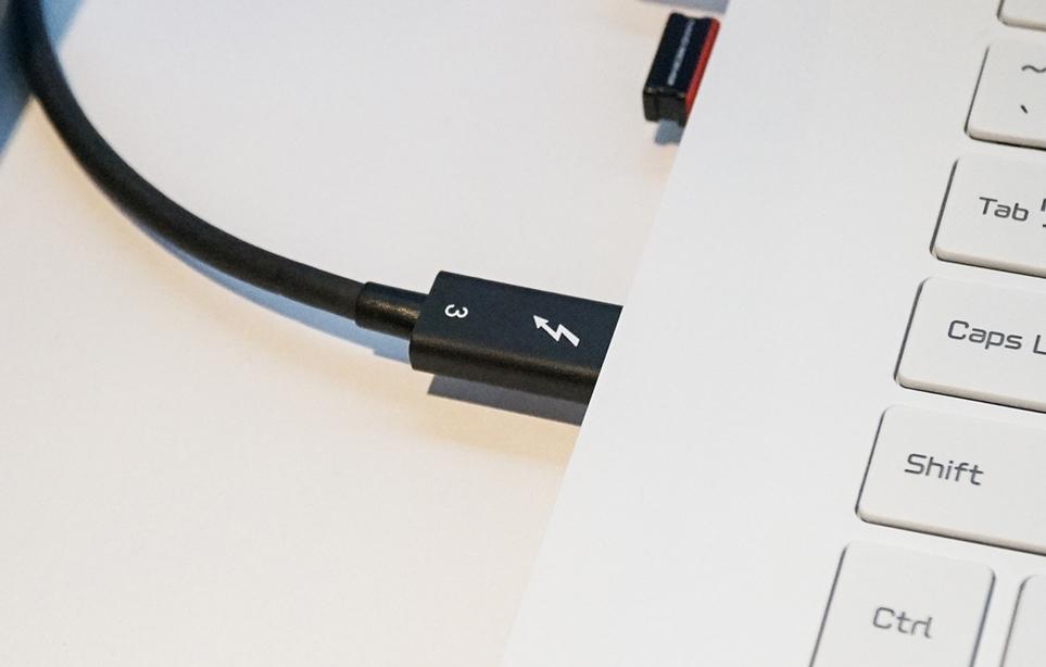 USB-C 타입 Thunderbolt™ 3 탑재