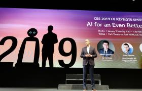 LG전자 미국법인 데이비드 반더월(David Vanderwaal) 마케팅총괄이 현지시간 7일 美 라스베이거스파크MGM호텔에서 '고객의 더 나은 삶을 위한 인공지능(AI for an Even Better Life)'을 주제로 진행될 LG전자 CTO 박일평 사장의 'CES 2019' 개막 기조연설을 소개하고 있다.