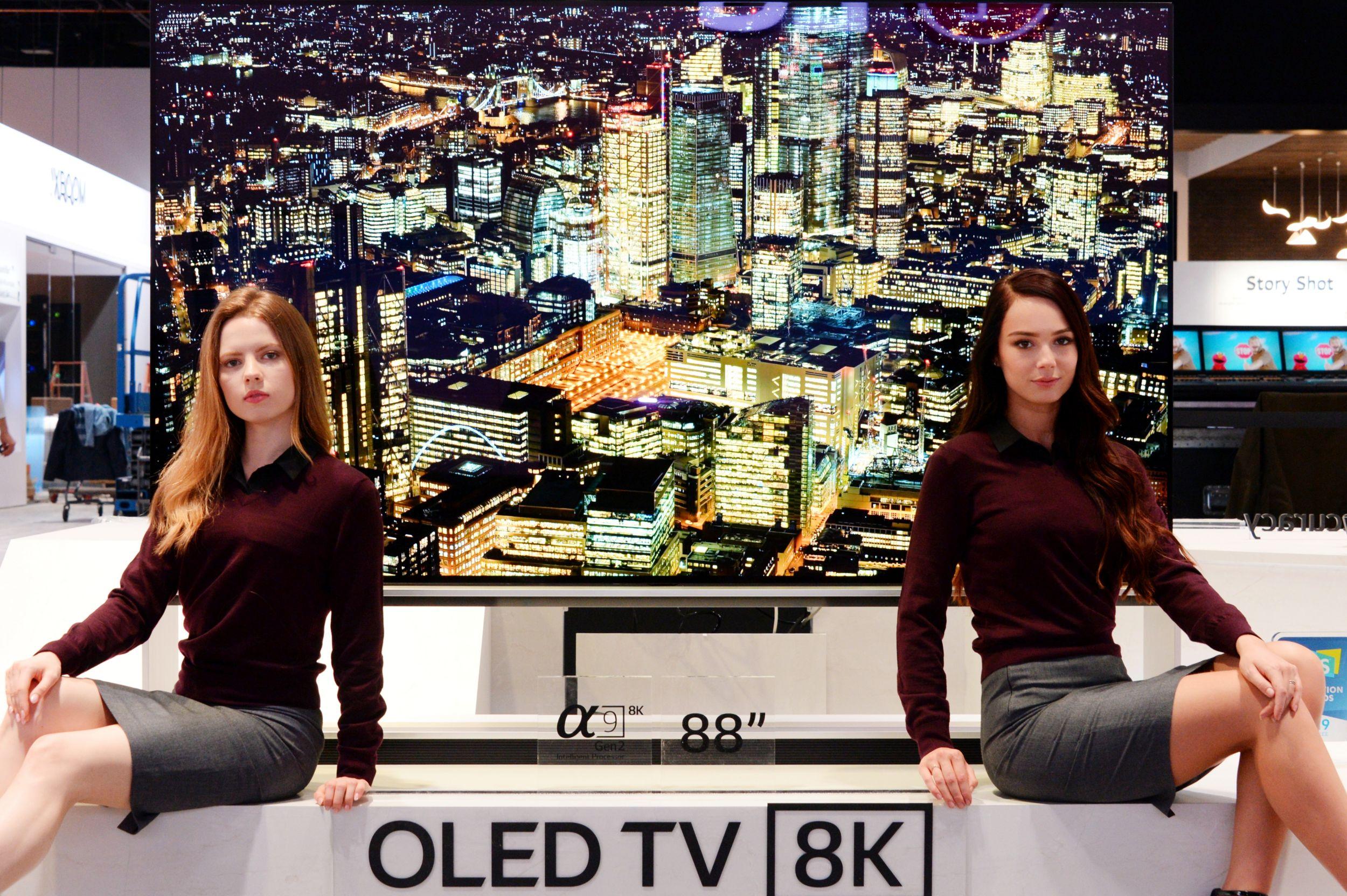8일부터 미국 라스베이거스에서 열린 CES 2019 전시회에서 모델들이 세계 최초 8K 해상도를 구현한 LG전자 88인치 올레드 TV를 소개하고 있다.