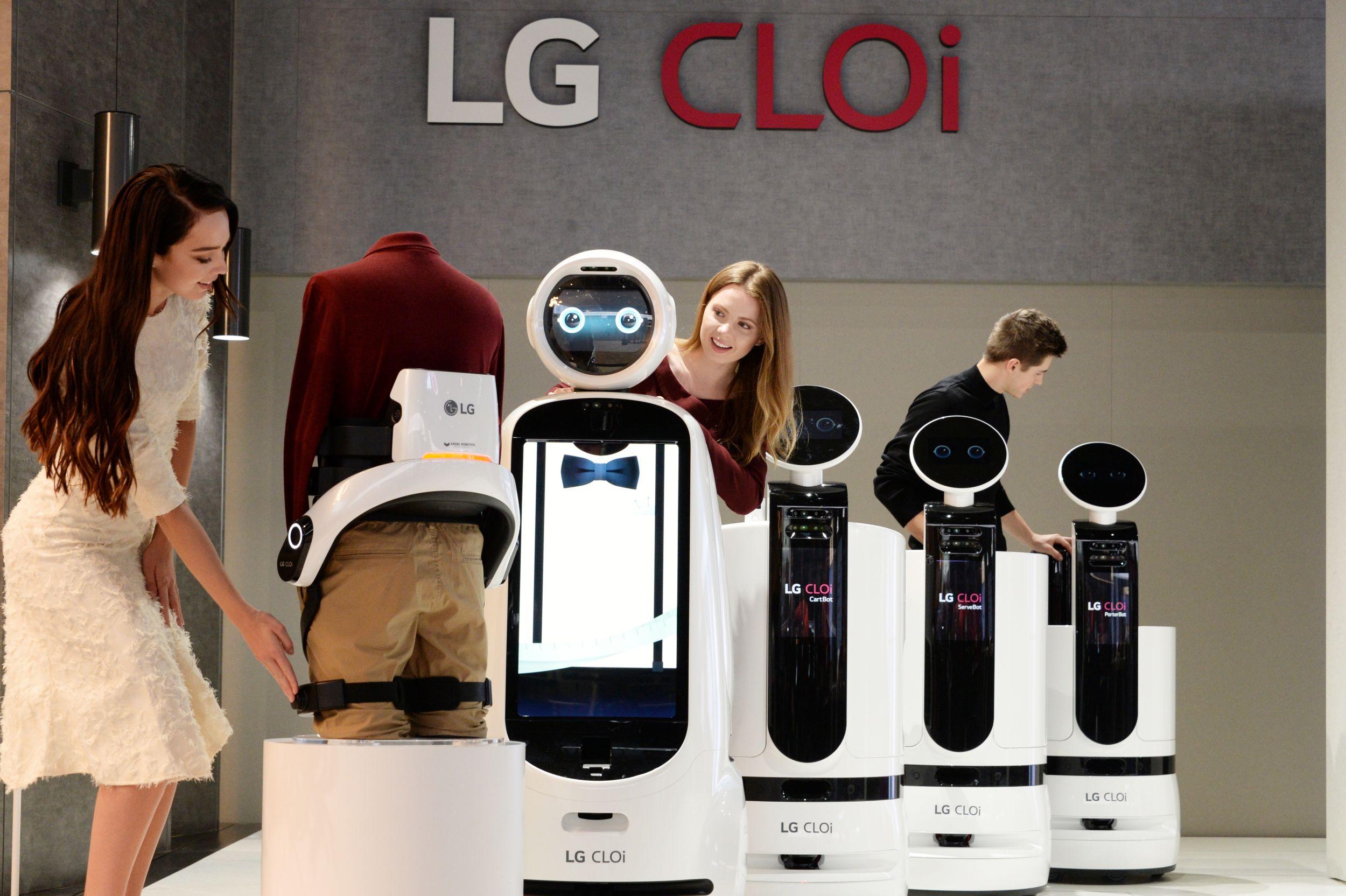 8일부터 미국 라스베이거스에서 열리는 CES 2019 전시회에서 모델들이 다양한 'LG 클로이' 로봇 제품들을 소개하고 있다.