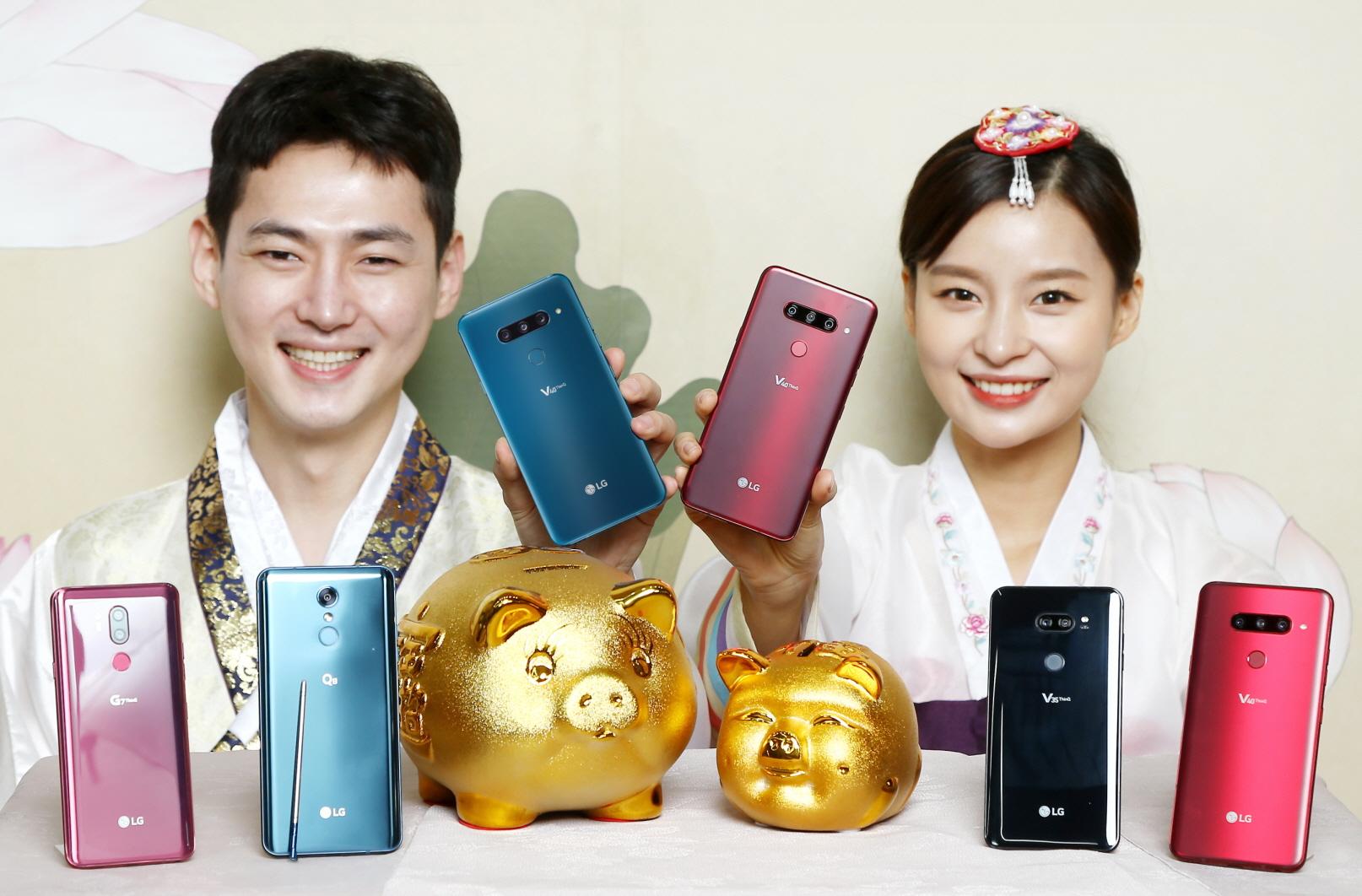LG전자가 새해를 맞아 고객들이 부담 없이 LG 스마트폰을 사용할 수 있도록 다양하면서도 실용적인 구매혜택을 제공한다. 특히 지난해부터 업계 최고 수준으로 호평받고 있는 '안심보상 프로그램'도 내달 말까지 연장하며 혜택을 늘렸다. LG전자 모델들이 LG 스마트폰 새해맞이 구매혜택을 소개하고 있다.