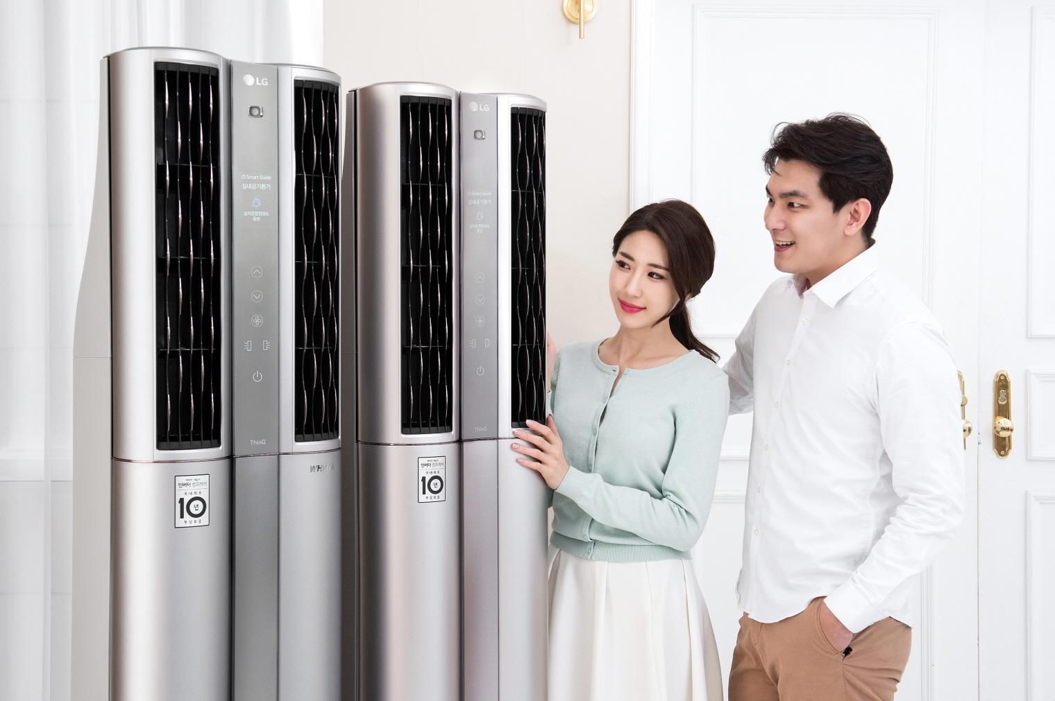 """17일 LG전자가 'LG 휘센 씽큐 에어컨'을 비롯한 2019년형 에어컨 신제품을 대거 출시한다. '교감형 인공지능'을 탑재한 신제품이 """"실외 종합청정도가 좋음 상태입니다. 환기하셔도 좋습니다""""라고 유용한 정보를 알아서 음성으로 먼저 알려주는 모습."""