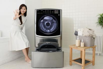 LG전자가 1일 새로운 '5방향 터보샷' 기술로 세탁시간과 전기, 물 사용량을 모두 줄여주는 드럼세탁기 '트롬 플러스' 신제품을 출시했다. 고객이 신제품 하단에 4kg 용량의 통돌이세탁기인 '트롬 미니워시'를 결합하면 손쉽게 공간과 시간을 절약할 수 있는 '트롬 트윈워시'로 사용할 수 있다.