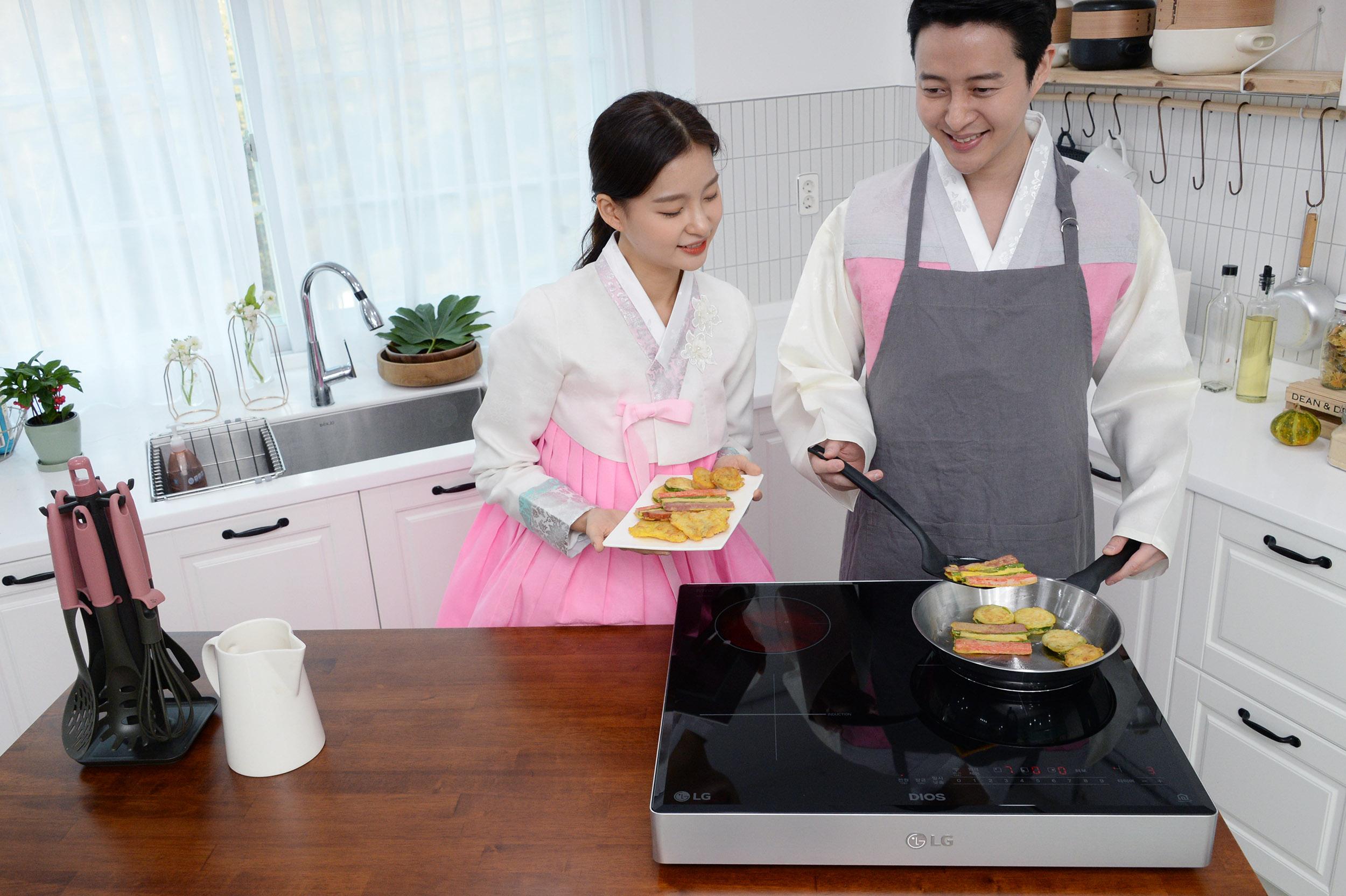 LG 디오스 전기레인지가 과거 대표적인 조리기기였던 가스레인지를 빠르게 대체하고 있다. 사진은 설을 맞아 LG 디오스 전기레인지로 명절음식을 장만하는 모습.