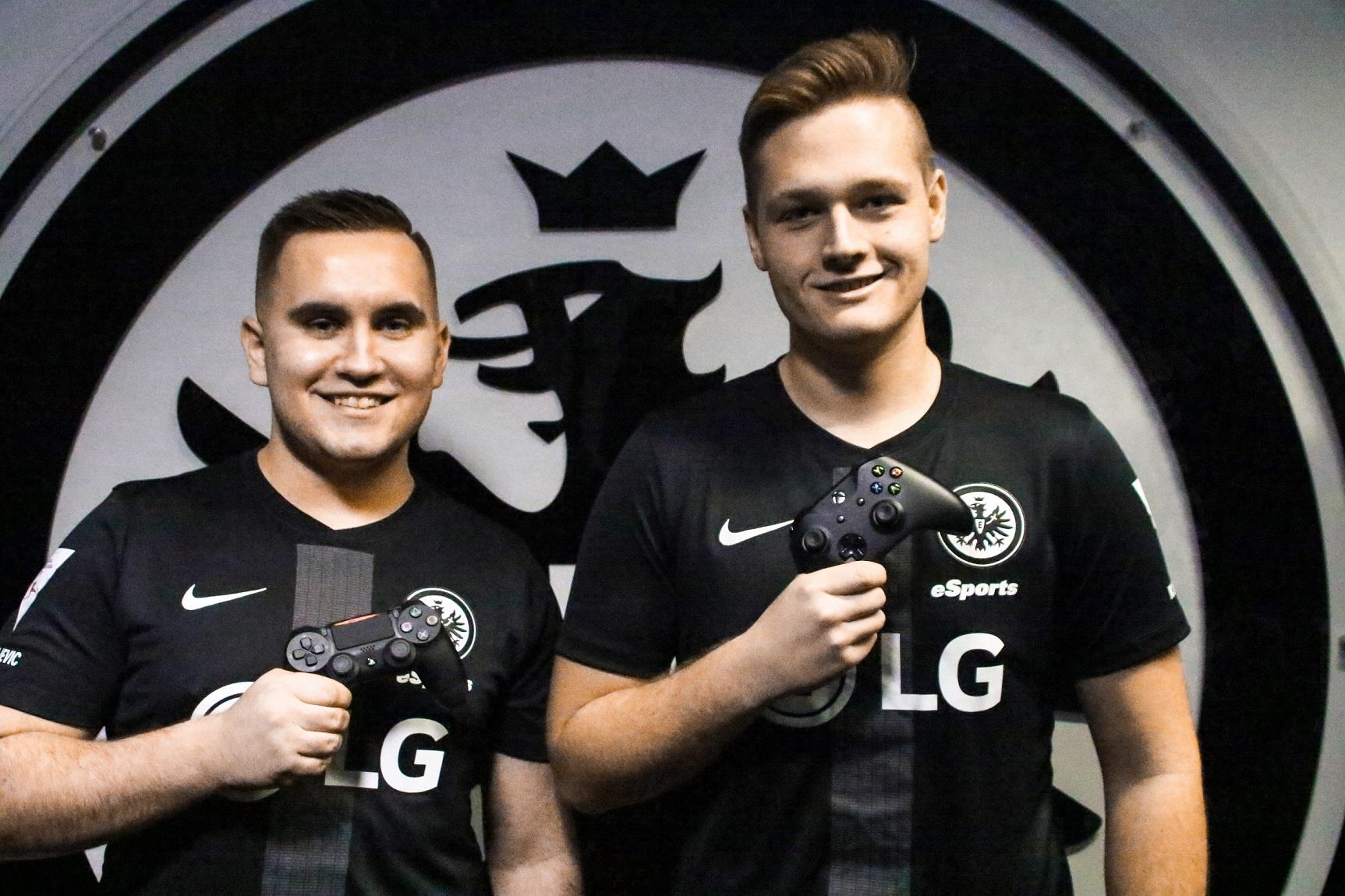 LG전자가 후원하는 독일 아인트라흐트 프랑크푸르트의 e스포츠팀 선수들이 LG 로고가 새겨진 유니폼을 입고 포즈를 취하고 있다.