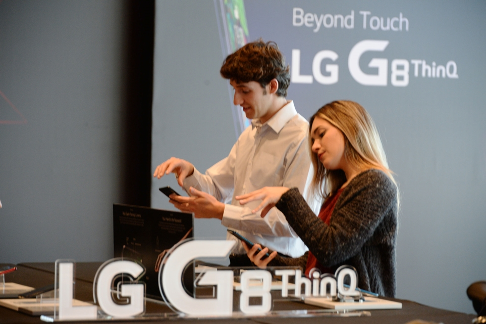 LG G8 ThinQ 에어 모션 체험 모습