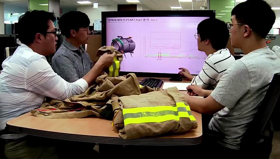 LG전자 연구진의 방화복 전용 세탁기회의 모습