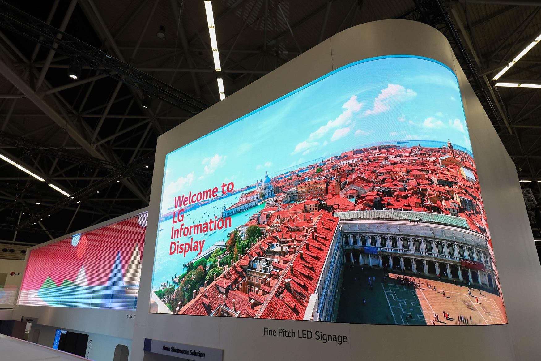 LG전자가 5일(현지시간)부터 4일간 네덜란드 암스테르담에서 열리는 상업용 디스플레이 전시회 'ISE 2019(Integrated Systems Europe 2019)'에서 차세대 사이니지 제품과 다양한 산업 맞춤형 솔루션을 선보였다. '파인피치 LED 사이니지'는 픽셀피치(Pixel Pitch: 픽셀과 픽셀 사이의 간격)가 1.5mm로 촘촘해 픽셀이 도드라지지 않아 선명한 화질을 구현한다. 이 제품은 기존 제품과 달리 전력부가 분리되어 있어 제품을 구부리는 것이 쉽고 다양한 형태로 설치할 수 있다.