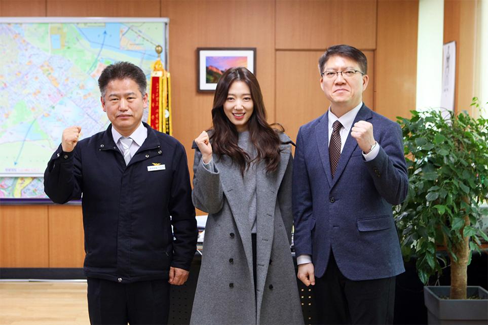 왼쪽부터 강동소방서 강동만 서장, 배우 박신혜, LG전자 박내원 상무