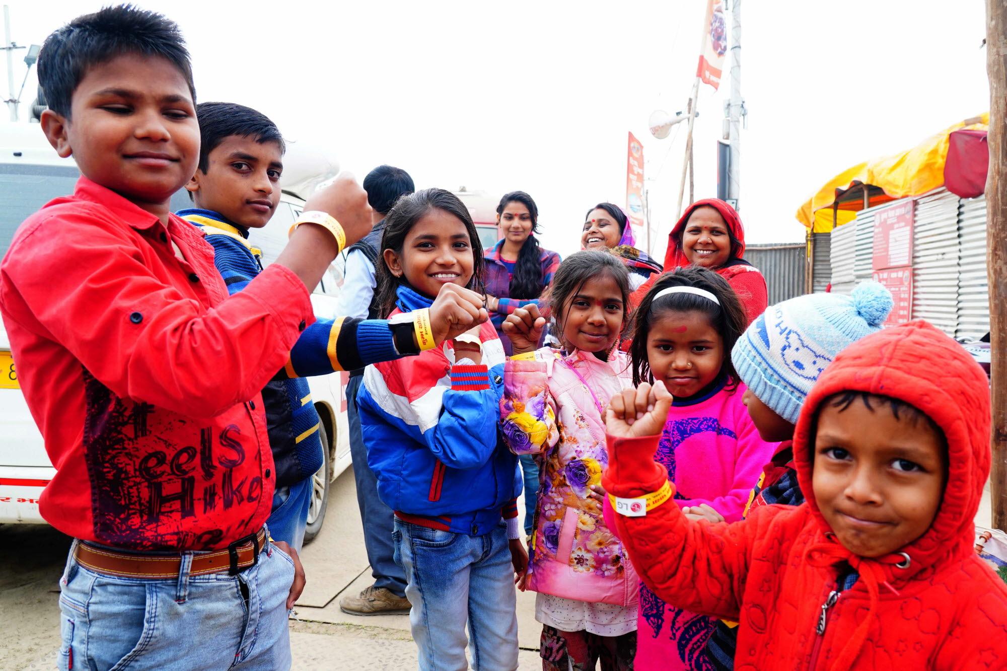 LG전자, 인도 최대 축제에서 고객 마음 사로잡았다03/04: LG전자가 지난 1월 15일부터 3월 4일까지 인도 북부 우타르 프라데시주 프라야그라지에서 열리고 있는 세계 최대 순례 축제인 '쿰브 멜라(Kumbh Mela)'에서 미아 방지용 손목밴드 10만 개를 어린 아이는 물론 노인들에게도 무료로 배포하고 있다. 현지 아이들이 미아 방지용 손목밴드를 차고 있는 모습.