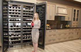 LG전자가 현지시간 19일부터 21일까지 미국 라스베이거스에서 열리는 미국 최대 주방 · 욕실 전시회 'KBIS 2019'에 참가, 차별화된 고객가치를 제시한다. 모델이 超프리미엄 빌트인 '시그니처 키친 스위트' 브랜드 전시관에서 와인을 최적으로 보관할 수 있는 혁신적인 '와인 동굴' 기술이 적용된 24인치 칼럼형 와인셀러 신제품을 소개하고 있다.