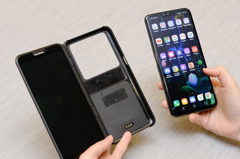 LG V50 ThinQ와 듀얼 스크린을 탈부착하는 모습