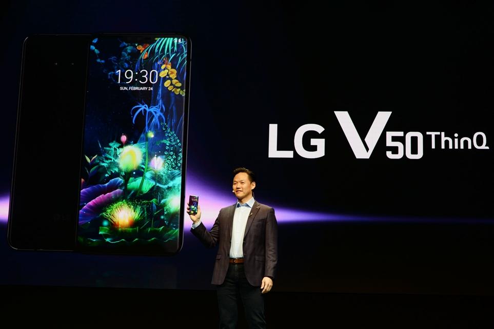 LG전자 직원이 LG V50 ThinQ를 공개하는 모습