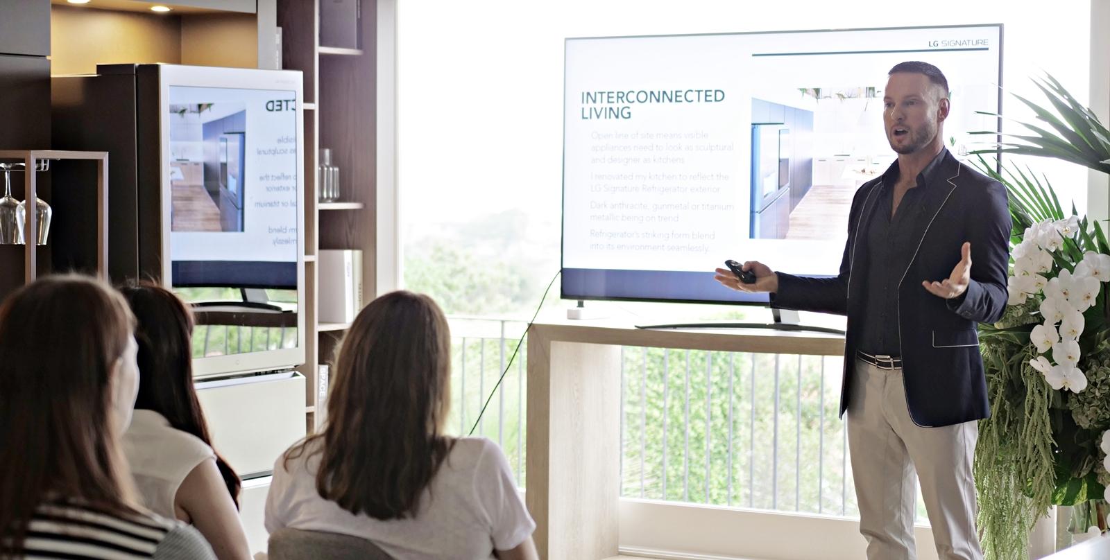"LG전자가 15일 호주 시드니 근교에 마련한 'LG 홈(LG Home)'에서 호주 출신의 유명 인테리어 디자이너인 다렌 파머(Darren Palmer)가 LG 시그니처 디자인 마스터클래스를 진행했다. 다렌 파머는 강연에서 ▲올해의 인테리어 디자인 트렌드 ▲프리미엄 공간을 완성하는 LG 시그니처 ▲인테리어와 가전제품의 조화 등에 대해 소개했고 LG 시그니처에 대해 ""최고의 기술과 디자인을 적용해 고객의 일상을 업그레이드한다""며 ""흠잡을 데 없는 혁신적인 제품""이라고 평가했다."