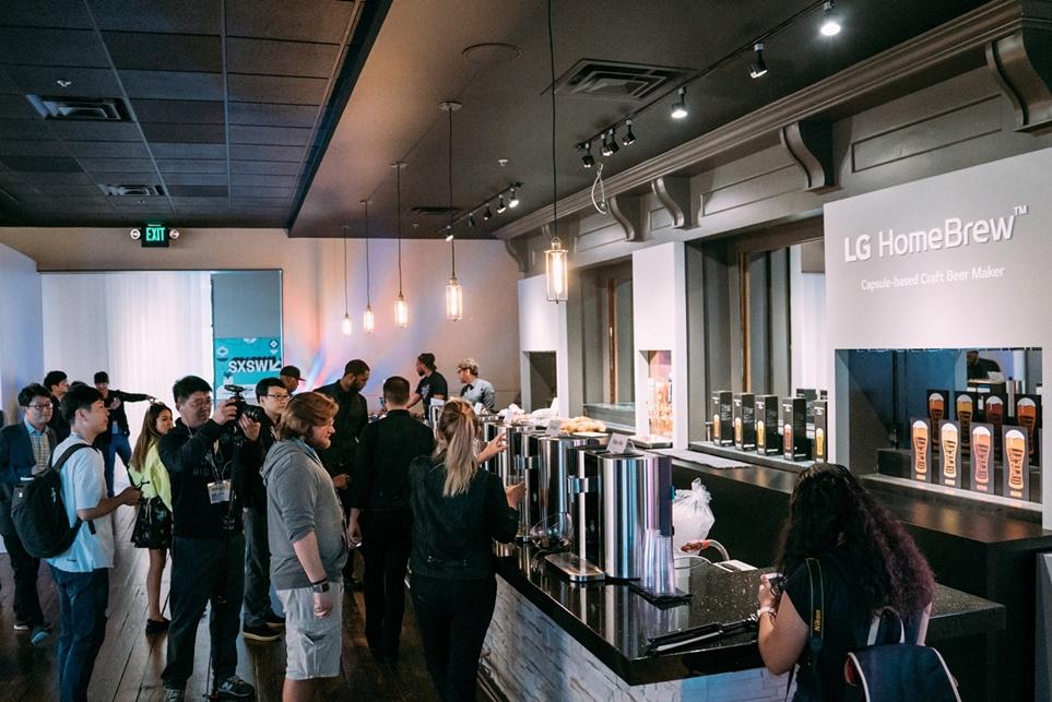'LG 홈브루'로 만든 맥주를 시음하기 위해 기다리는 관람객들