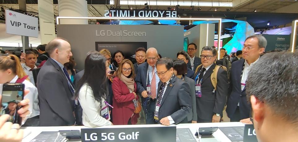LG 부스를 관람하는 앙헬 구리아 OCED 사무총장과 유영민 과학기술정보통신부 장관