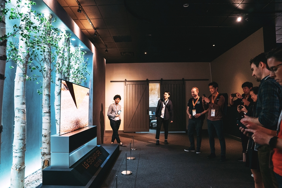 'LG 시그니처 올레드 TV R'을 촬영하는 관람객들의 모습