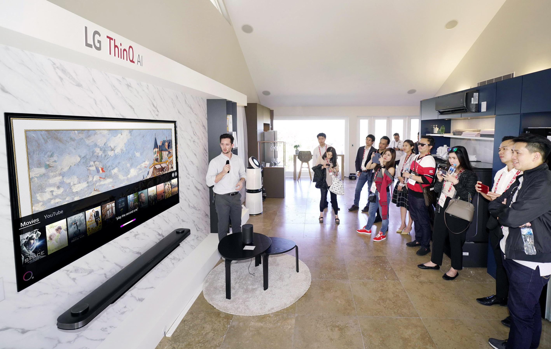 LG전자가 12일부터 이틀간 호주 시드니에서 올해 첫 'LG 이노페스트(LG InnoFest)'를 열었다.LG전자는 시드니 근교의 일반 주택을 'LG 홈(LG Home)'으로 꾸며 고객들이 실제 주거공간에서 제품을 직접 경험할 수 있도록 했다. LG 이노페스트 참가자들이 거실에서 인공지능 'LG 씽큐(LG ThinQ)'를 체험하고 있다.