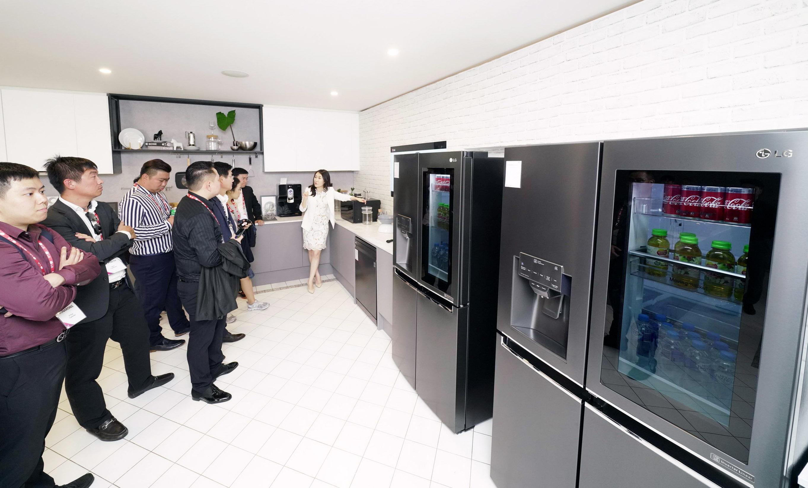 LG전자가 12일부터 이틀간 호주 시드니에서 올해 첫 'LG 이노페스트(LG InnoFest)'를 열었다. LG전자는 시드니 근교의 일반 주택을 'LG 홈(LG Home)'으로 꾸며 고객들이 실제 주거공간에서 제품을 직접 경험할 수 있도록 했다. LG 이노페스트 참가자들이 주방에서 '노크온 매직스페이스 냉장고', 광파오븐, 정수기 등 다양한 주방가전을 체험하고 있다.