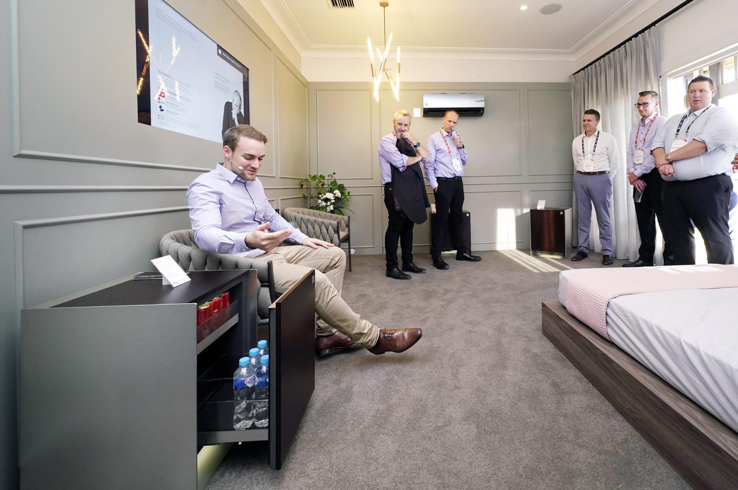 LG전자가 12일부터 이틀간 호주 시드니에서 올해 첫 'LG 이노페스트(LG InnoFest)'를 열었다. LG전자는 시드니 근교의 일반 주택을 'LG 홈(LG Home)'으로 꾸며 고객들이 실제 주거공간에서 제품을 직접 경험할 수 있도록 했다. LG 이노페스트 참가자들이 침실에서 프리미엄 프라이빗 가전 'LG 오브제'를 체험하고 있다.