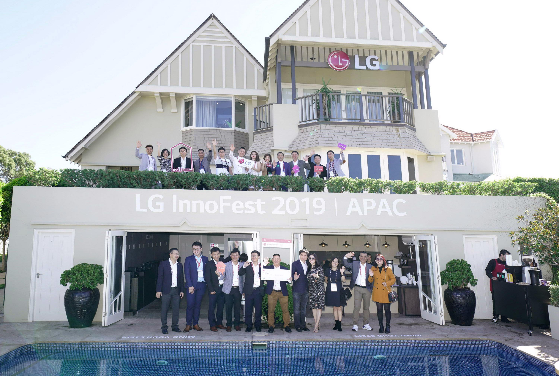 LG전자가 12일부터 이틀간 호주 시드니에서 올해 첫 'LG 이노페스트(LG InnoFest)'를 열었다. LG전자는 시드니 근교의 일반 주택을 'LG 홈(LG Home)'으로 꾸며 고객들이 실제 주거공간에서 제품을 직접 경험할 수 있도록 했다. LG 이노페스트 참가자들이 'LG 홈' 앞에서 기념촬영을 하고 있다.