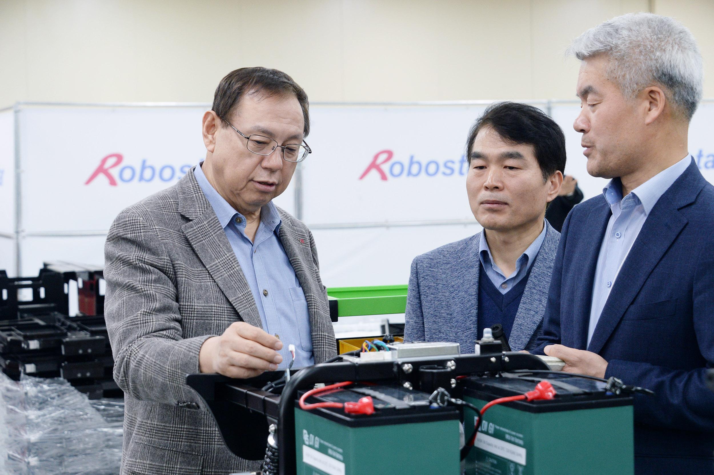 LG전자 대표이사 CEO 조성진 부회장이 지난해 경영권을 인수한 산업용 로봇 제조업체 '로보스타'를 방문했다. 조 부회장이 로보스타의 다양한 산업용 로봇을 살펴보고 있다.