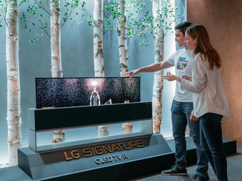 LG전자가 현지시간 8일 美 텍사스주 오스틴시에서 개막한 세계 최대 규모 페스티벌인 사우스 바이 사우스웨스트(South by Southwest)에 참가해 고객의 삶을 변화시킬 혁신적인 아이디어를 선보였다. 사진은 모델이 세계 최초 롤러블 올레드 TV 'LG 시그니처 올레드 TV R'을 관람하는 모습