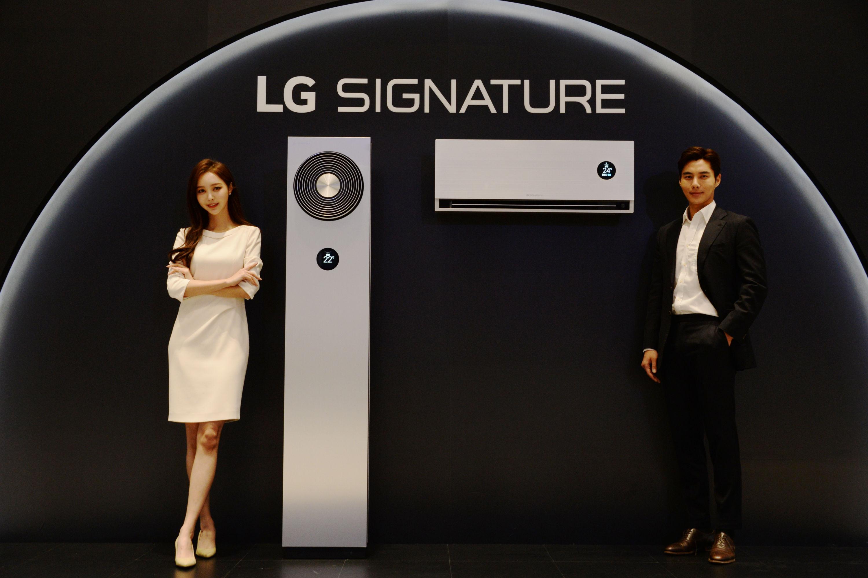 LG전자가 26일 냉난방부터 공기청정, 제습, 가습까지 한 대의 에어컨으로 해결할 수 있는 超프리미엄 올인원 에어솔루션 'LG 시그니처 에어컨'을 공개했다. 모델이 LG 시그니처 에어컨을 소개하고 있다.