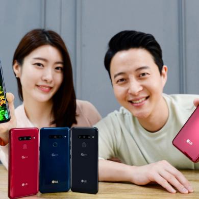 LG전자가 22일 국내 이동통신 3사와 자급제 채널을 통해 LG G8 ThinQ를 국내 출시한다. LG전자 모델들이 LG G8 ThinQ를 소개하고 있다.