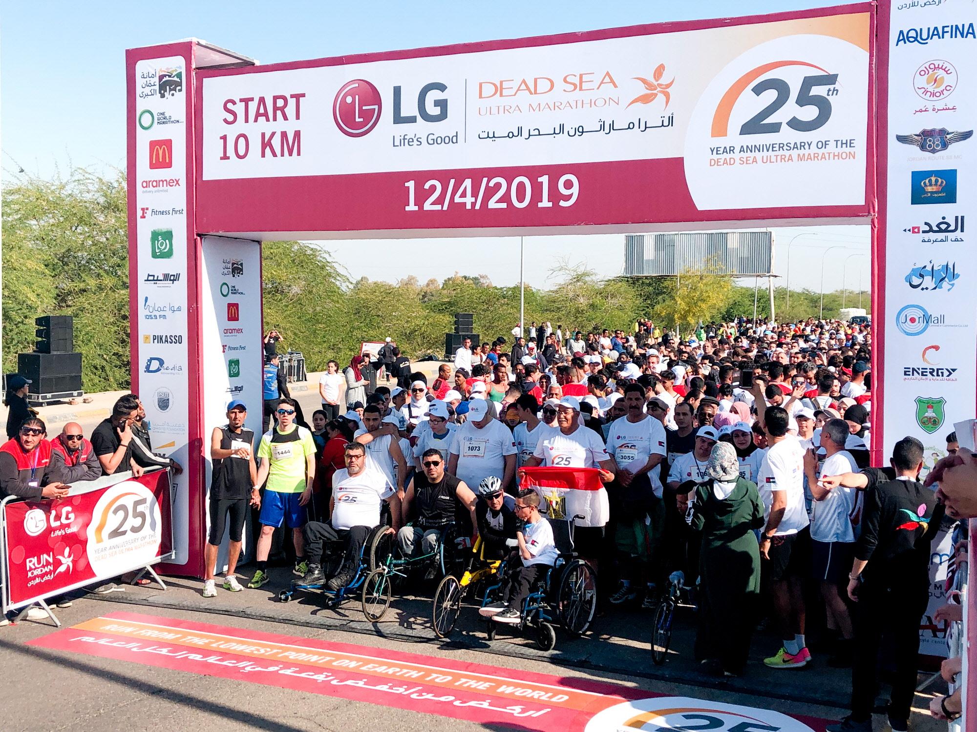 LG전자가 후원하는 LG 사해 울트라 마라톤이 12일 요르단 암만에서 열렸다. 이 대회에는 6세 어린아이부터 70세 노인까지 다양한 연령대의 7000명이 참가했다. 참가자들이 마라톤 시작 지점에서 출발을 준비하고 있다.