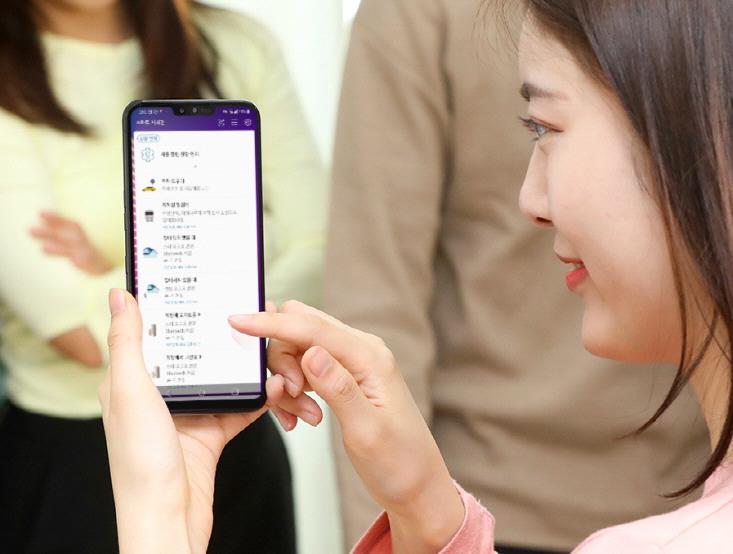 LG전자가 19일 출시하는 첫 5G 스마트폰 LG V50 ThinQ와 최근 출시한 프리미엄 4G 스마트폰 LG G8 ThinQ에 한 단계 진화한 AI를 적용했다. 기존보다 수십 배 더 빠르게 많은 데이터를 주고받는 5G 시대를 맞아, 사용자에게 꼭 맞는 정보와 서비스를 더 빠르고, 정확하고, 안전하게 제공하는 것이 핵심이다.