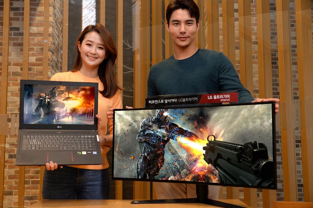 모델들이 'LG 울트라기어'의 게이밍 모니터와 외장 그래픽을 탑재한 고성능 노트북을 소개하고 있다.