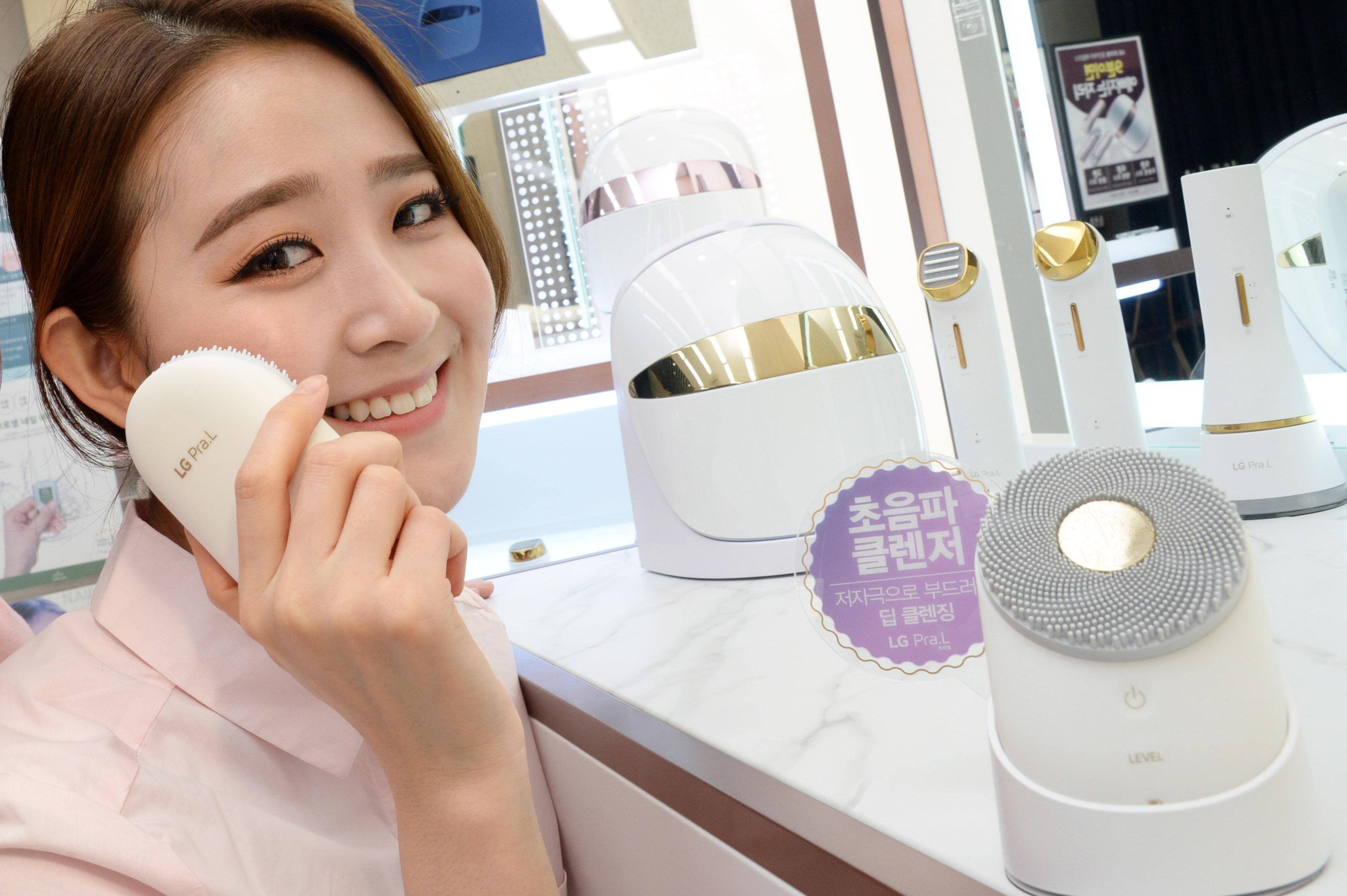 모델이 서울 은평구 불광동 소재 LG베스트샵 불광본점 매장에서 LG 프라엘 제품들을 소개하고 있다.
