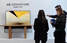 관람객들이 'LG 시그니처' 전시관에서 세계최초 롤러블 올레드 TV 'LG 시그니처 올레드 TV' 등을 감상하고 있다.