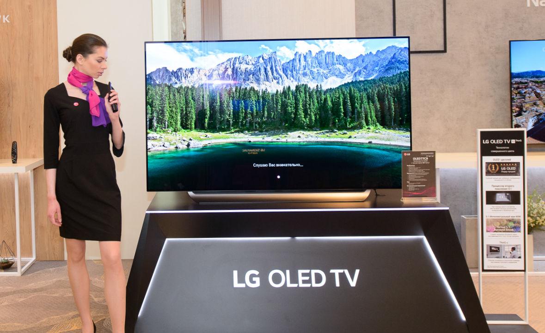 현지시간 19일 모스크바에서 열린 LG전자 신제품 발표 행사에서 모델이 러시아어 음성 명령을 이용해 LG 올레드 TV 기능을 시연하고 있다.