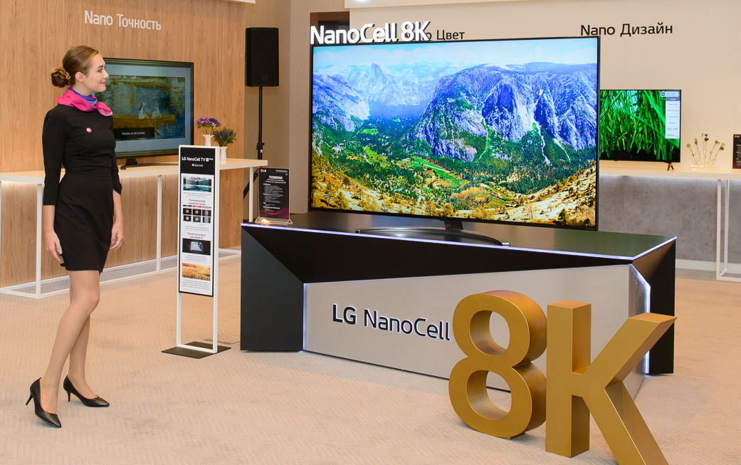 현지시간 19일 모스크바에서 열린 LG전자 신제품 발표 행사에서 모델이 8K 해상도를 구현하는 LG 나노셀 TV 신제품을 소개하고 있다.