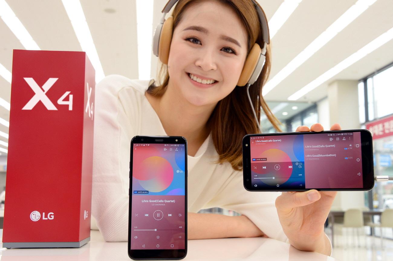 21일 모델이 LG 베스트샵에서 26일 출시하는 LG X4를 소개하고 있다. LG X4는 29만 7천원 출고가에 ▲하이파이 쿼드DAC ▲고가의 전용 이어폰이 없어도 최대 7.1채널의 영화관 같은 입체 음향을 즐길 수 있는 'DTS:X' ▲1,600만 화소 고해상도 카메라 ▲결제 단말기에 갖다 대면 신용카드와 똑같이 결제하는 LG페이 등 뛰어난 멀티미디어 성능과 편의기능을 완성도 높게 담았다.