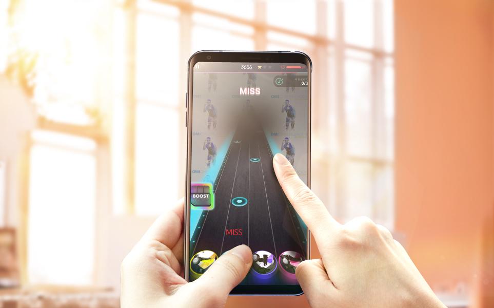 LG V30으로 게임 플레이하고 있는 모습