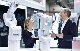 LG전자 부스를 방문한 관람객들이 로보스타의 수평다관절 로봇과 수직다관절 로봇을 살펴보고 있다. LG전자는 로보스타의 경영권을 인수한 최대주주다.