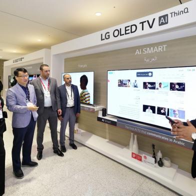LG전자는 9일부터 11일까지 중동∙아프리카의 주요 거래선, 외신기자 등 약 200명을 한국으로 초청해 'LG 이노페스트'를 열었다. LG 이노페스트 참가자들이 올레드 TV 등 프리미엄 가전을 체험하고 있다.