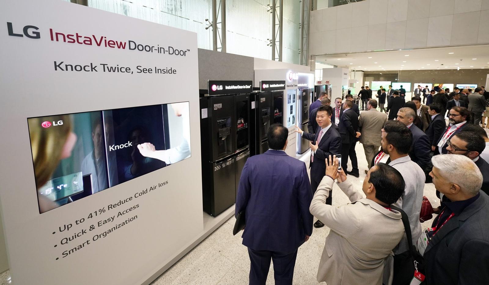 LG전자는 9일부터 11일까지 중동∙아프리카의 주요 거래선, 외신기자 등 약 200명을 한국으로 초청해 'LG 이노페스트'를 열었다. LG 이노페스트 참가자들이 똑똑 두드리면 안쪽이 보이는 인스타뷰 냉장고 등 프리미엄 가전을 체험하고 있다.