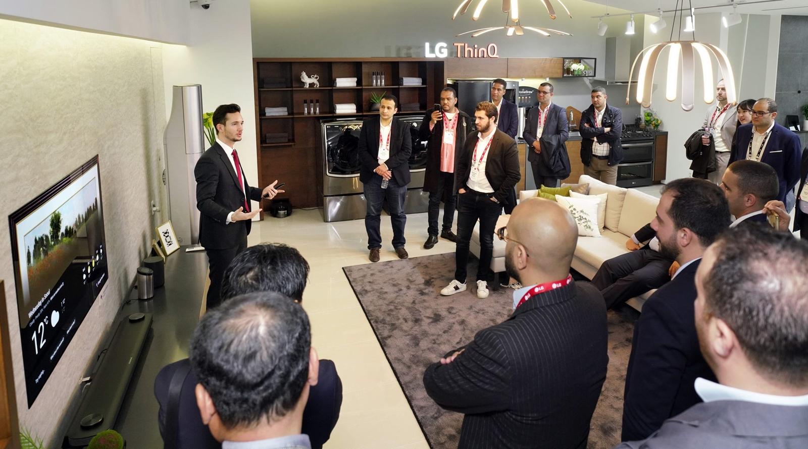 LG전자는 9일부터 11일까지 중동∙아프리카의 주요 거래선, 외신기자 등 약 200명을 한국으로 초청해 'LG 이노페스트'를 열었다. LG 이노페스트 참가자들이 인공지능 'LG 씽큐(LG ThinQ)'를 체험하고 있다.