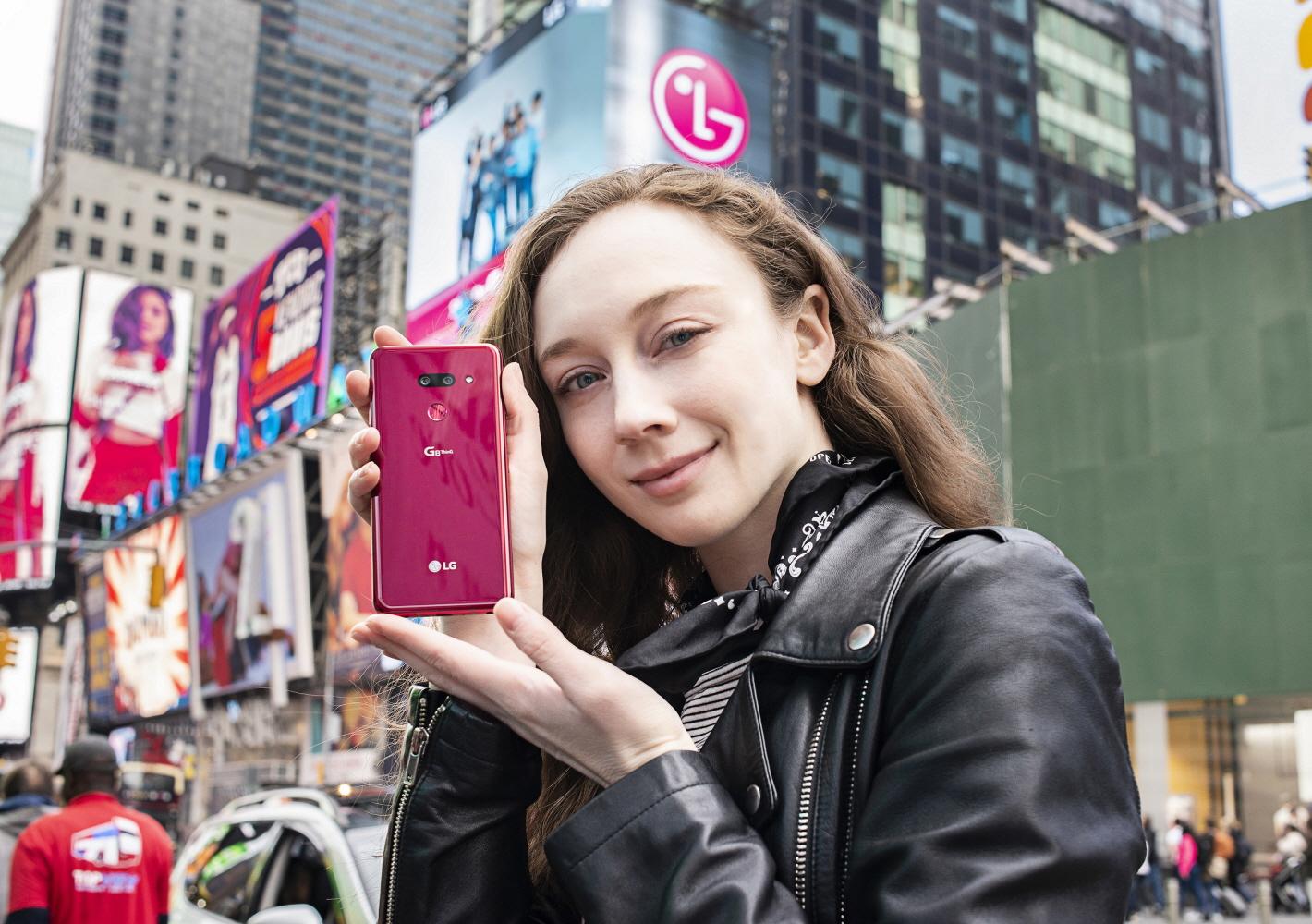 12일 모델이 미국 뉴욕 맨하탄에 위치한 랜드마크 건축물 '베슬(Vessel)'을 배경으로 LG G8 ThinQ의 얼굴인식과 셀카를 체험해보고 있다. LG G8 ThinQ는 Z카메라는 ToF 센서와 적외선 센서의 조합으로 아주 어둡거나 밝아도 사용자의 얼굴을 정확히 구분한다.