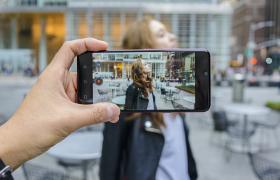 12일 모델이 미국 뉴욕에서 LG G8 ThinQ 동영상 아웃포커싱 기능을 체험해보고 있다. LG G8 ThinQ는 인물이 움직이더라도 초점이 인물에만 고정돼 마치 영화처럼 로맨틱한 분위기의 영상을 찍어주는 '동영상 아웃포커싱' 기능이 탑재됐다